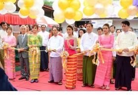 ミャンマー「eVillage」ICTセンターのオープニング式典テープカット